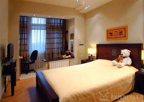 Квадратная спальня, совмещенная с балконом