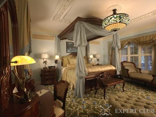 Полог в интерьере классической спальни