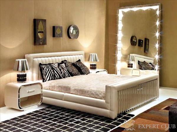 Зеркала в спальной комнате выполняют множество функций