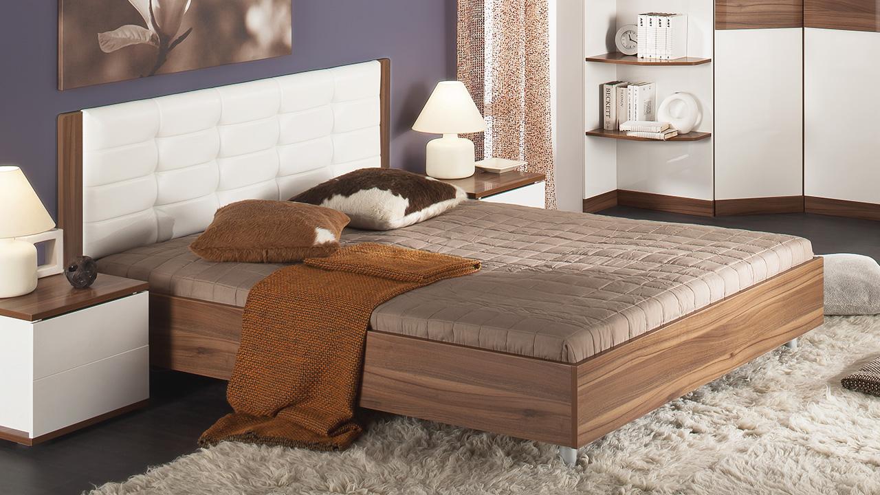 двуспальная кровать с мягкой спинкой приятный элемент декора