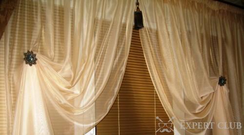 Использование магнитов позволяет с легкостью декорировать окно