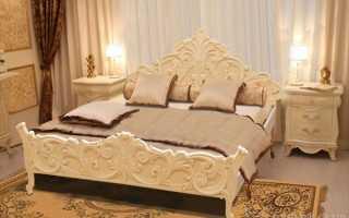 Резная кровать в интерьере спальни