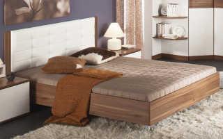 Двуспальная  кровать с мягкой спинкой — приятный элемент декора